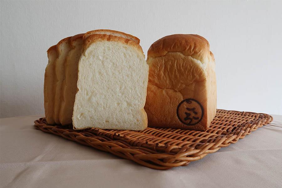 プレミアム食パン・こころは1本800円、2山600円、1山300円サイズ
