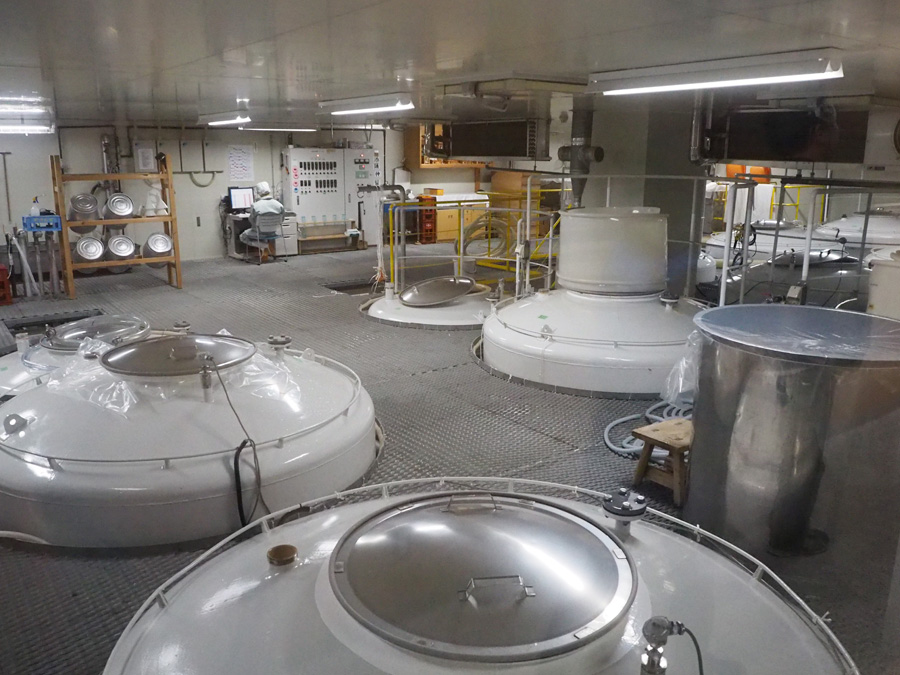 手前は通常の1/4サイズと、温度管理のしやすい大吟醸用の小さなタンク