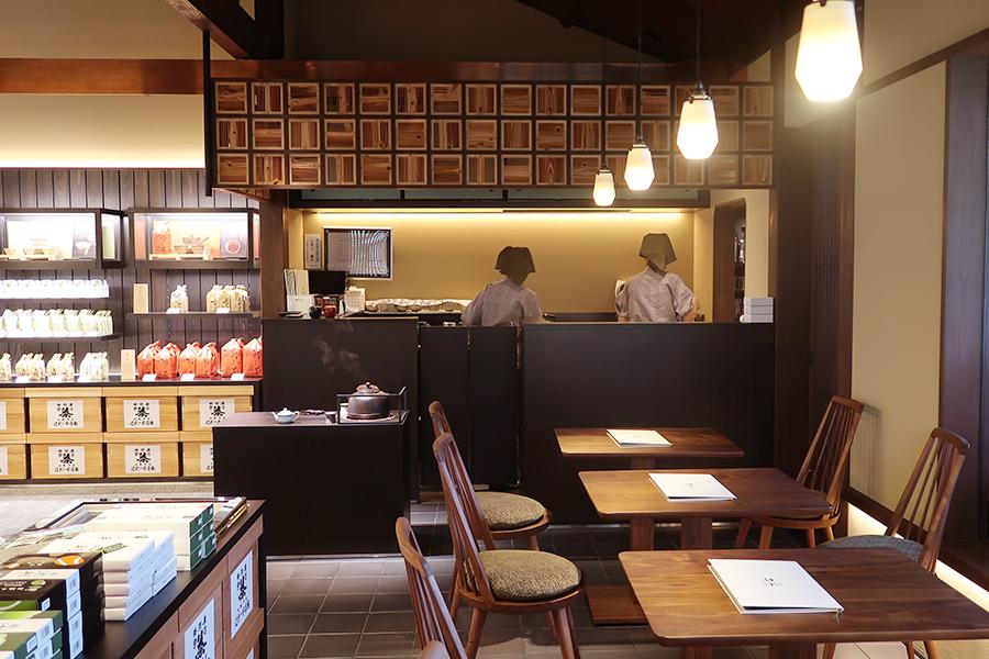販売スペースがメインとなり、店内の喫茶は12席。外には日本庭園が楽しめるテラス席も