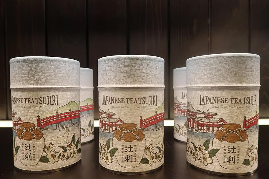 宇治の名所が描かれたイラスト缶。ティーバッグの焙じ茶6杯分入り1,000円(税別)
