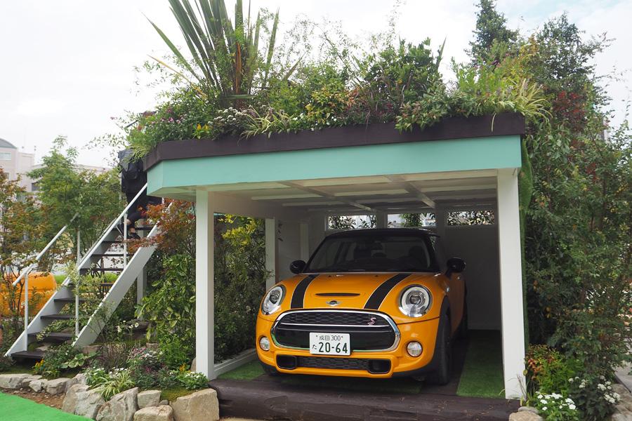 苔や自然石を多用し、車庫と庭を一体とする「ガレージガーデン」