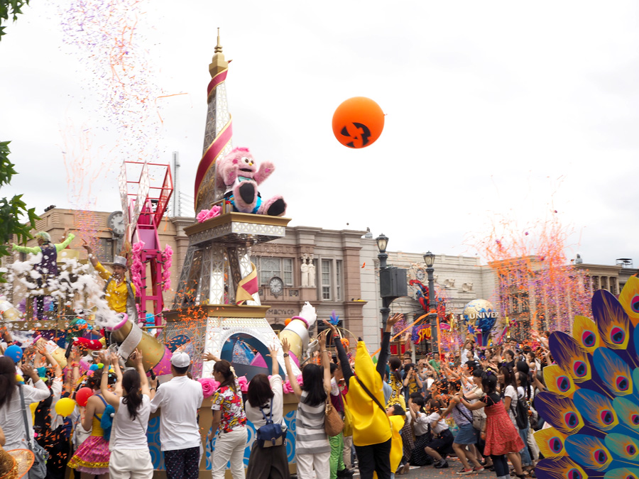 パレードの後半にはフロートに近づいて、クルーとダンスしたり一緒に写真を撮ることも
