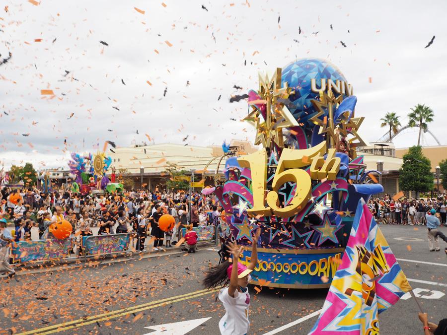 ハロウィーン仕様のパレードでは、コウモリ型の紙吹雪も