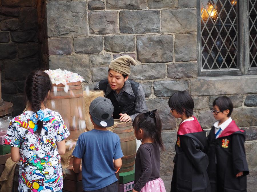 魔法を唱えると、大きな樽からキャンディが溢れてくる