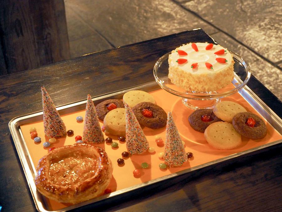 アップルパイ、キャロットケーキ、チョコレート・ムース、ショートブレッドなど、盛りだくさんな「ハロウィーン・デザート・フィースト」