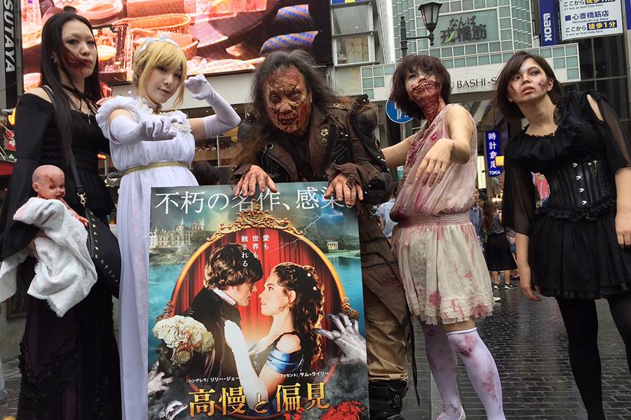 大阪・道頓堀の戎橋にて記念撮影をするコスプレイヤーたち(22日)
