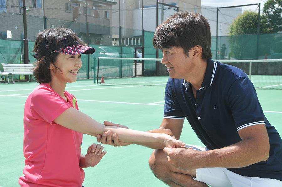 ドラマ「君とテニスに恋してた」に出演する賀来千香子と石黒賢