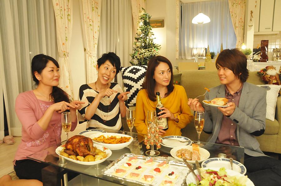 ドラマ「49歳のクリスマス」に出演した田中美奈子(右から2人目)と浦井健治
