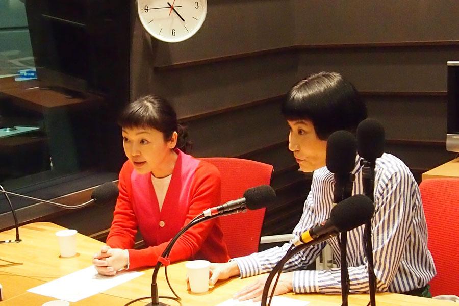 ラジオ収録中。舞台のPRで過密スケジュールをこなす、小林聡美と片桐はいり(28日、大阪市内)