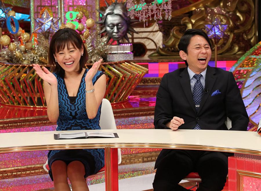 大爆笑のMC有吉弘行(左)とアシスタントの高橋真麻