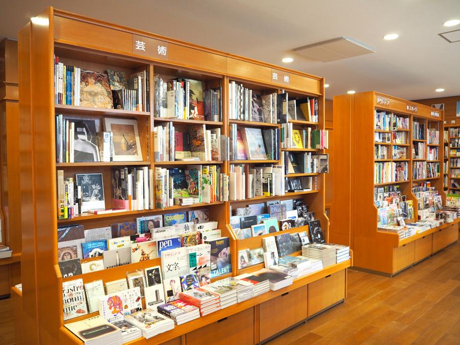 以前はアート関連書籍が充実していたことからクリエイターらにも人気だった同店。新店では1フロアになったとはいえ、広めにスペースを取っている