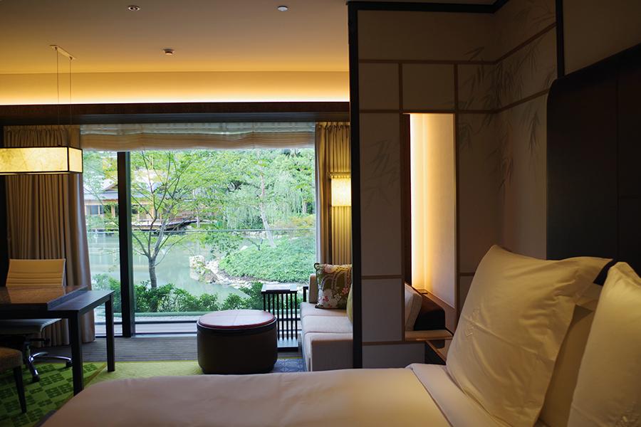 デラックスガーデンビュールームからの景色。庭の趣を部屋まで楽しめるようにデザインされている