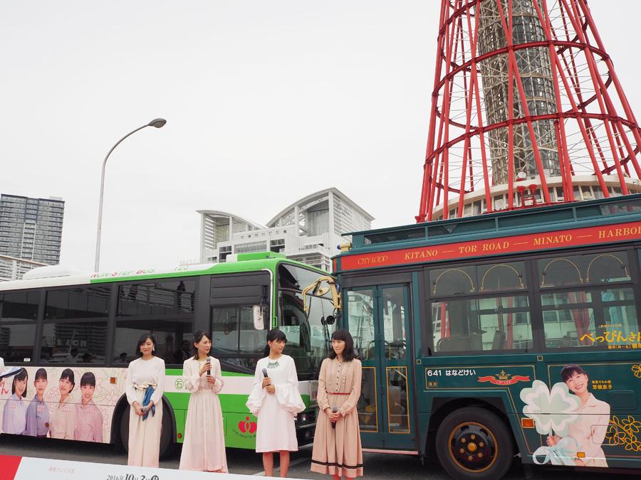 左が神戸市営バス、右がレトロ調のシティー・ループのラッピングバス