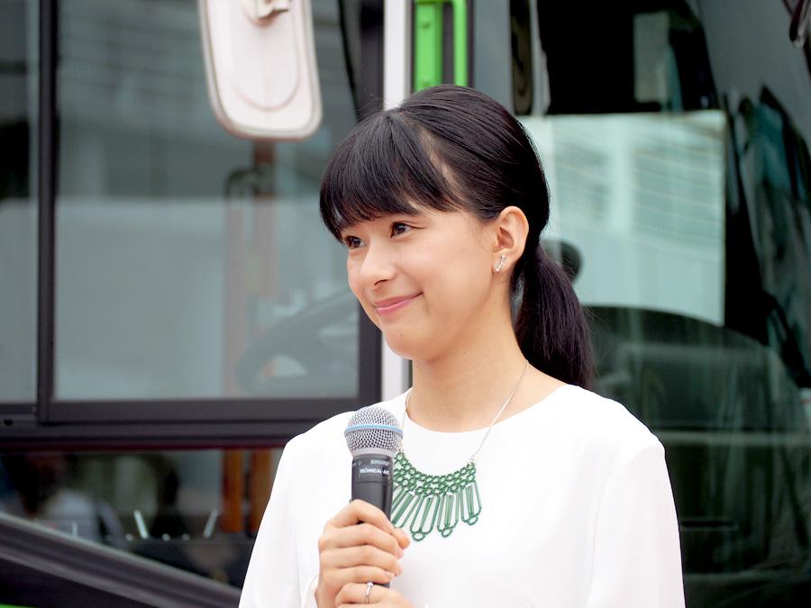 最年少ながら、お姉さんっぽい表情で話す芳根京子