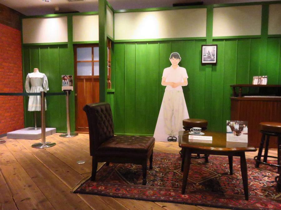 「べっぴんさん」ドラマセットや主人公の衣装が展示。セットに座って写真撮影も