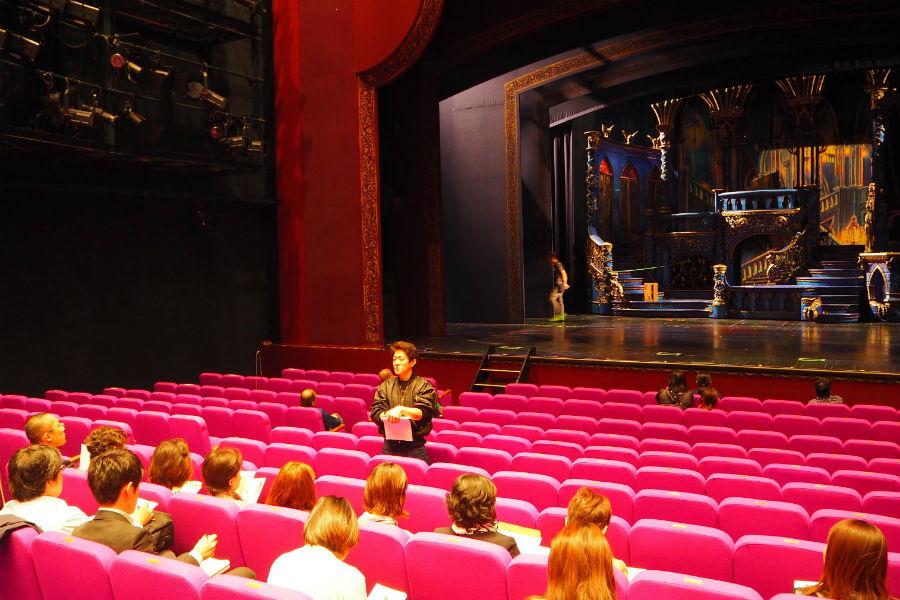 『美女と野獣』舞台仕込み取材会での様子(28日、京都劇場)