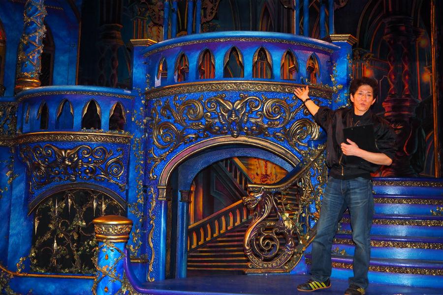 『美女と野獣』舞台仕込み取材会で解説する舞台監督の古城博之さん(28日、京都劇場)
