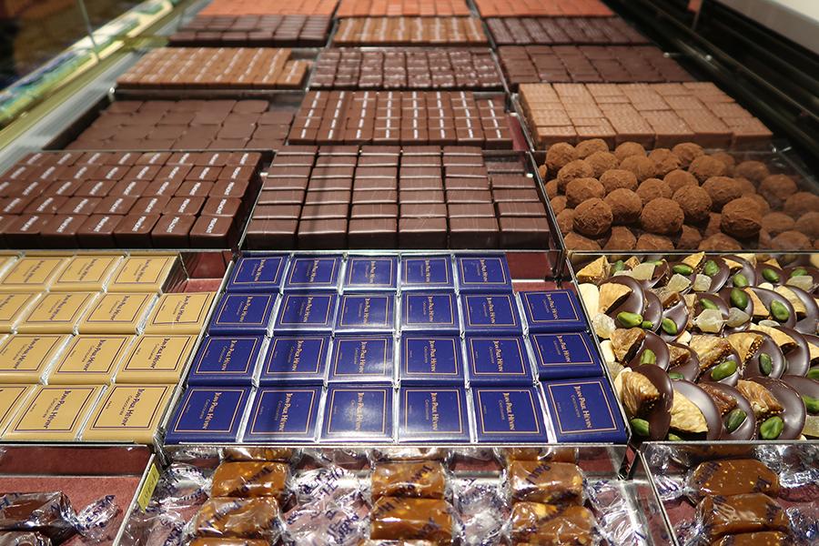 奥の「カーヴ ア ショコラ」では、ボンボンショコラ、ケーキ、焼き菓子などが揃い、京都限定の品も