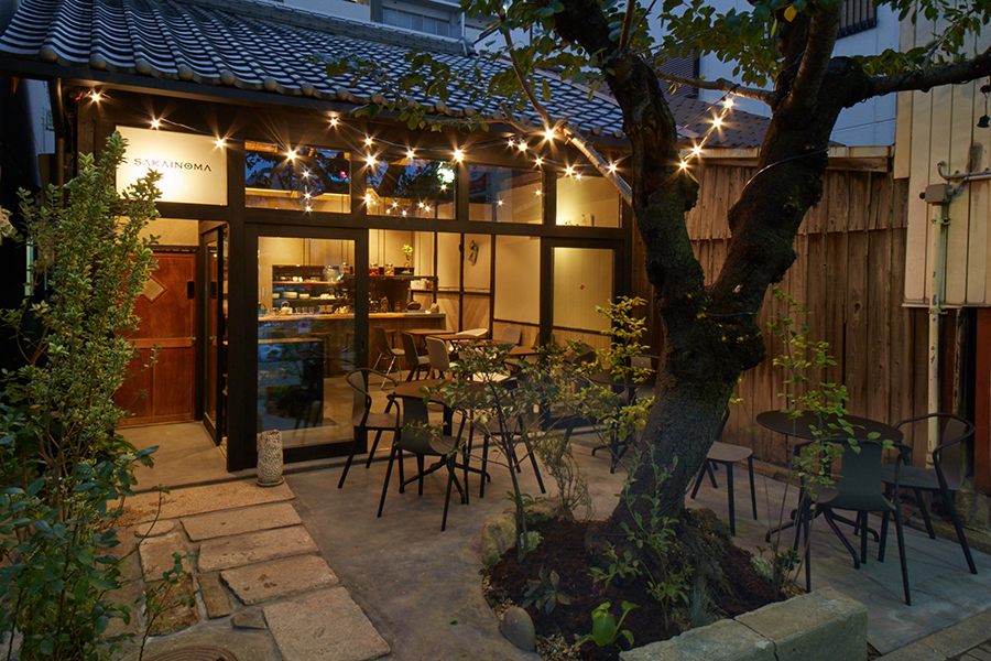 カフェではコーヒーなどのドリンクとともに、「堺伽俚」のカレーが登場。夜は日本酒やワインとともにおでんなどの一品が楽しめる