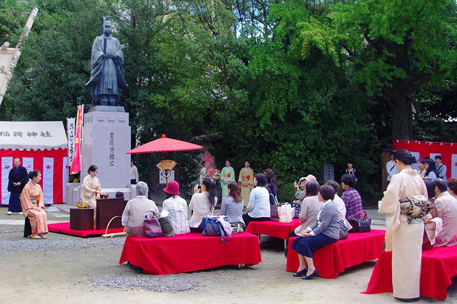 豊臣秀頼公の銅像の元でお点前を楽しむことができる(玉造稲荷神社・10日)