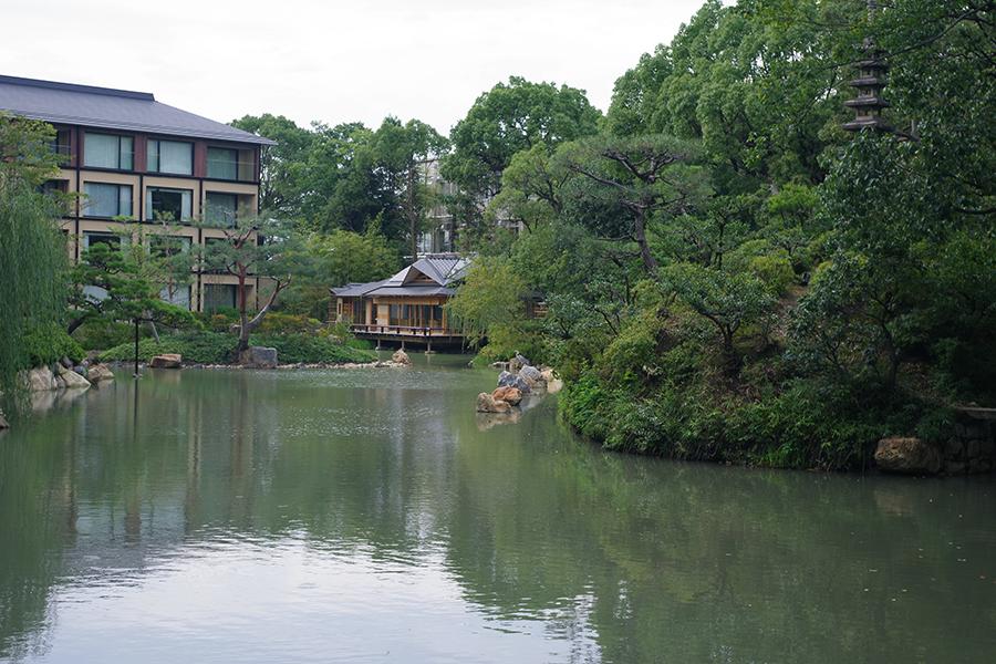 「フォーシーズンズホテル京都」館内から見える、茶室「積翠亭」