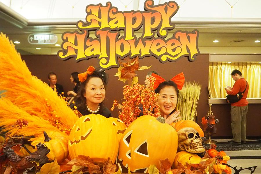 64歳の女性(左)は姉妹で参戦。妹さんは会場貸し出しの仮装で、魔女の宅急便・キキに変身