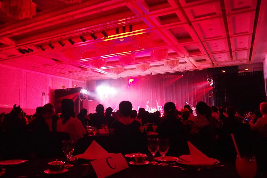 ショーが始まると、赤のライトで一気に魔界のステージに!