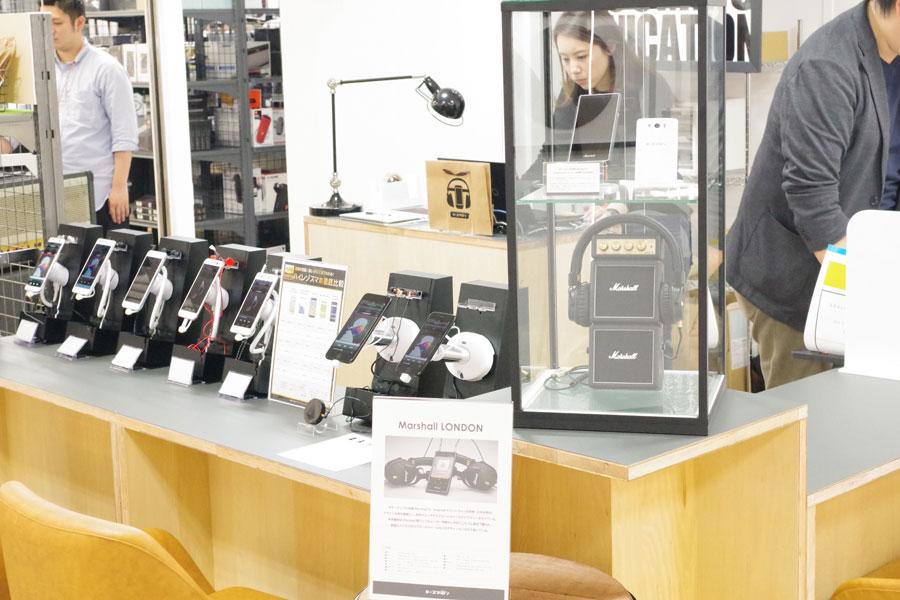 「e☆スマホン」のコーナー。オリジナルスマホの販売も視野に入れており、参考品として英国のギターアンプメーカー「Marshall(マーシャル社)」のスマホも展示(大阪市北区)