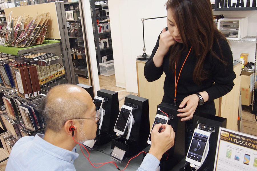 ハイレゾと圧縮音源の聴き比べや、端末ごとの音質の違いを体感。ハイレゾ未対応のiPhoneにはポータブルヘッドホンアンプで対応