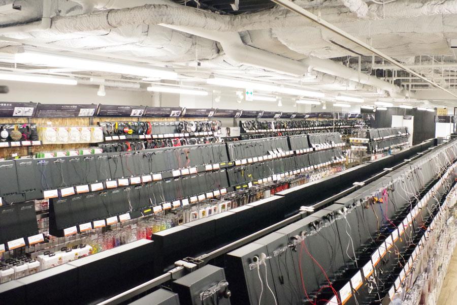 様々なイヤホンやヘッドホンが棚に並んだ圧巻の店内。試聴用の全イヤホンは、随時除菌ケアしているという