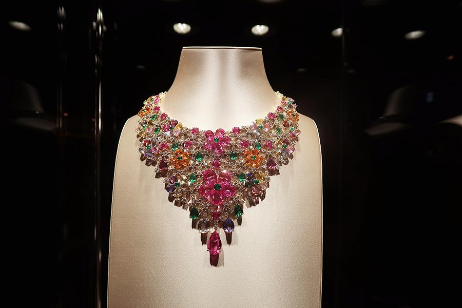 マルチカラーサファイア、マンダリンガーネット、エメラルド、ダイヤモンドをあしらったネックレスは2009年作