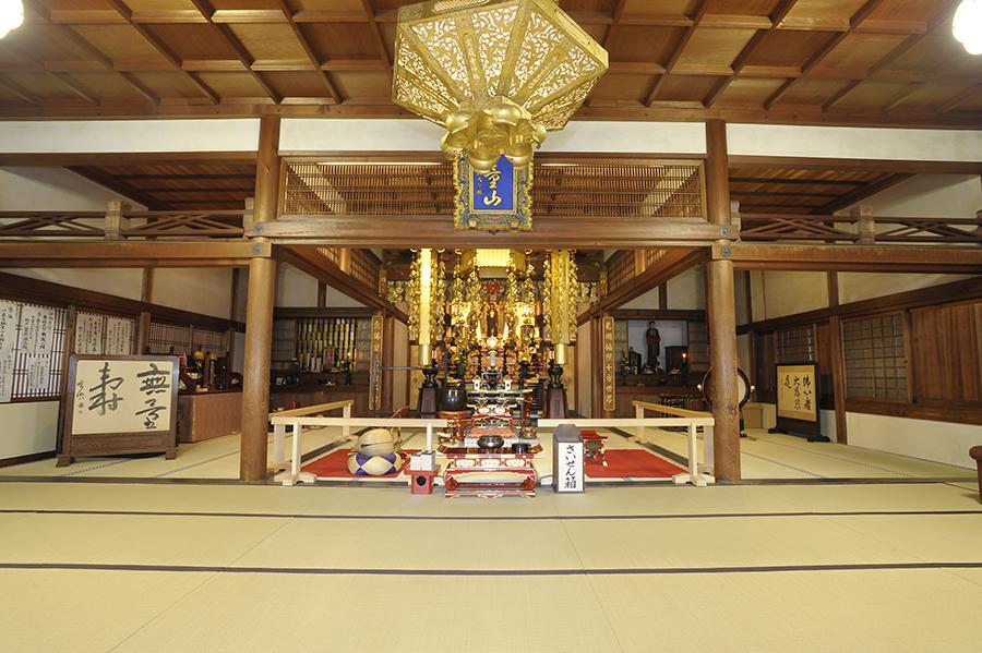 本堂や文化財は通常非公開だが、若冲が建立した親族の墓は自由に参拝可能