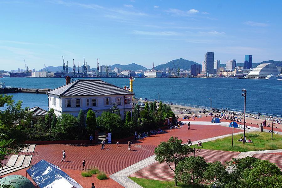瓦屋根ながら白塗りで造られたみなと異人館は神戸港によく映える(15日・みなと異人館)