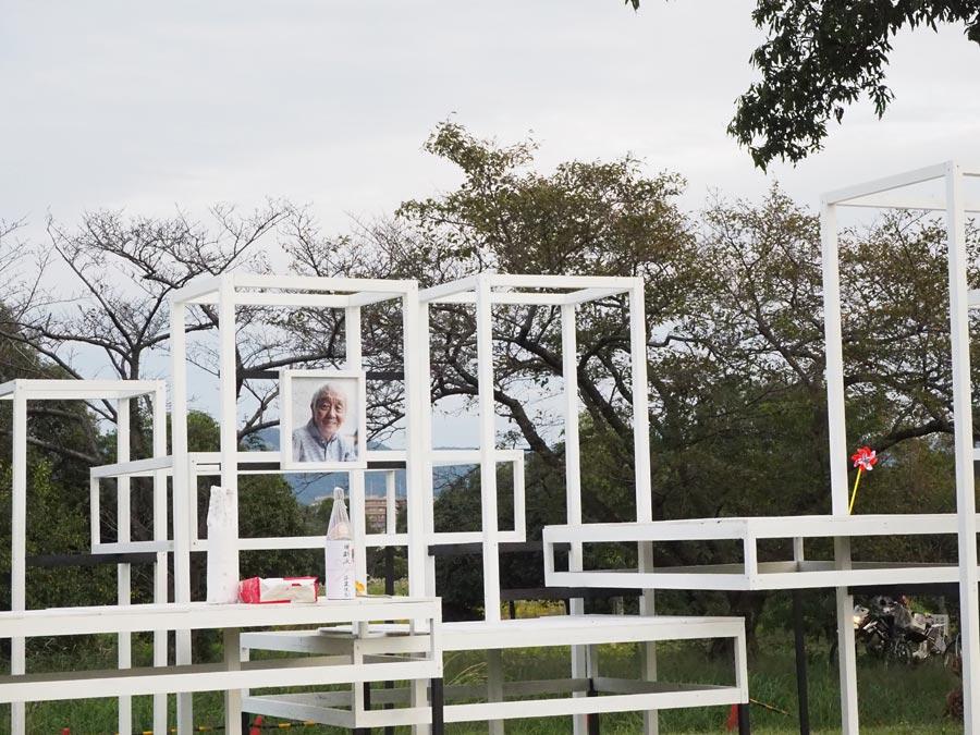 会場に設営された献花台。松本雄吉を偲び、多くの人が手を合わせた