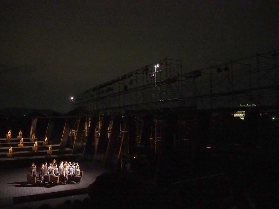右奥に見えるのが平城宮最大の宮殿・第一次大極殿。維新派野外公演『アマハラ』ゲネプロより(13日、平城京跡)