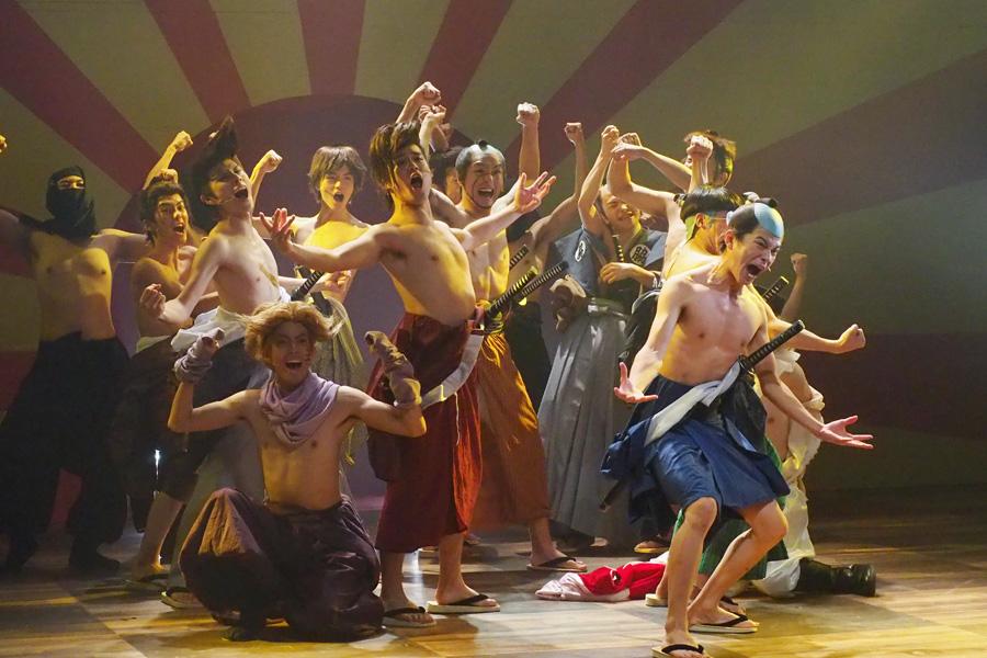 上半身裸になってキャスト全員が踊る楽曲『筋肉ええじゃないか』