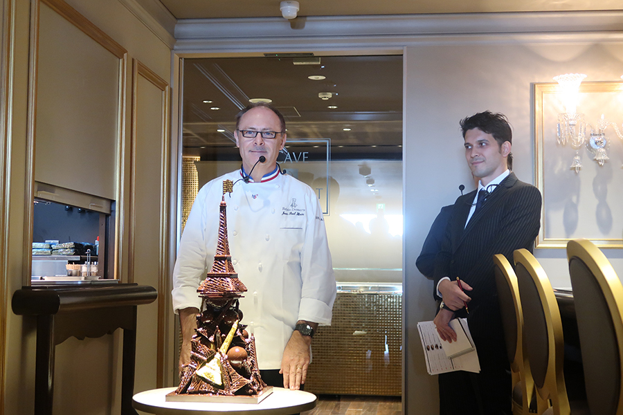 ジャン=ポール・エヴァン氏チョコでエッフェル塔を模ったピエスモンテ(ディスプレイ用の装飾菓子)