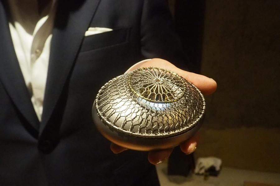 「金網つじ」による、バッテリーによる熱源と、チタンを組み合わせラパーソナルな香炉『網香炉』