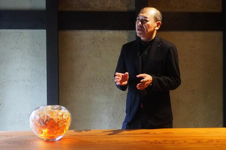 「中川木工芸」による、うすく削り取られた木屑から透ける柔らかな光と、澄んだ木の香りを楽しむ照明『カンナ屑ノ灯』