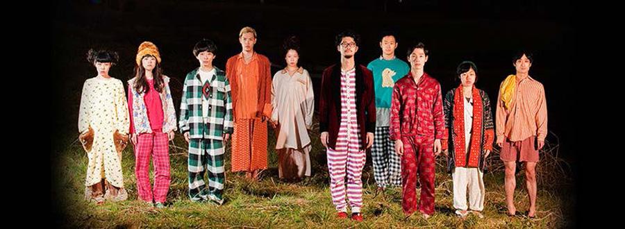 実際に建っている住宅を解体しながら演劇を行う、益山貴司(右から5番目)ら、劇団子供鉅人の劇団員