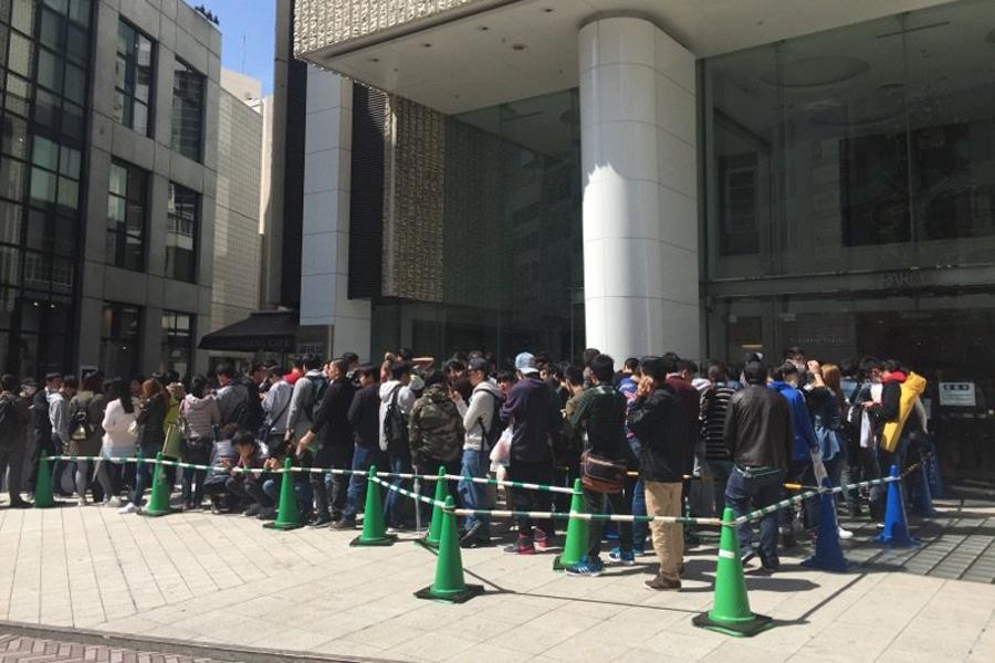 初日、渋谷会場に並ぶ人々の様子