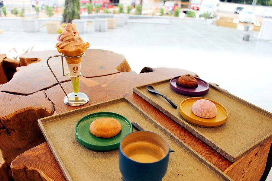 奥は、奈良のブランド苺・古都華を使用した「いちご・古都華ソフトクリーム」400円。唐菓子「ぶと」が由来の「菊ぶとフィナンシェ 春日詣」など、お菓子と珈琲がセットで700円
