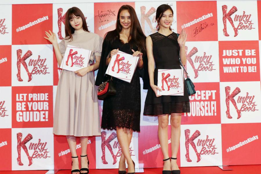 左から、東京公演初日のレッドカーペットセレモニーに参加した八木アリサ、石田ニコル、立花恵理