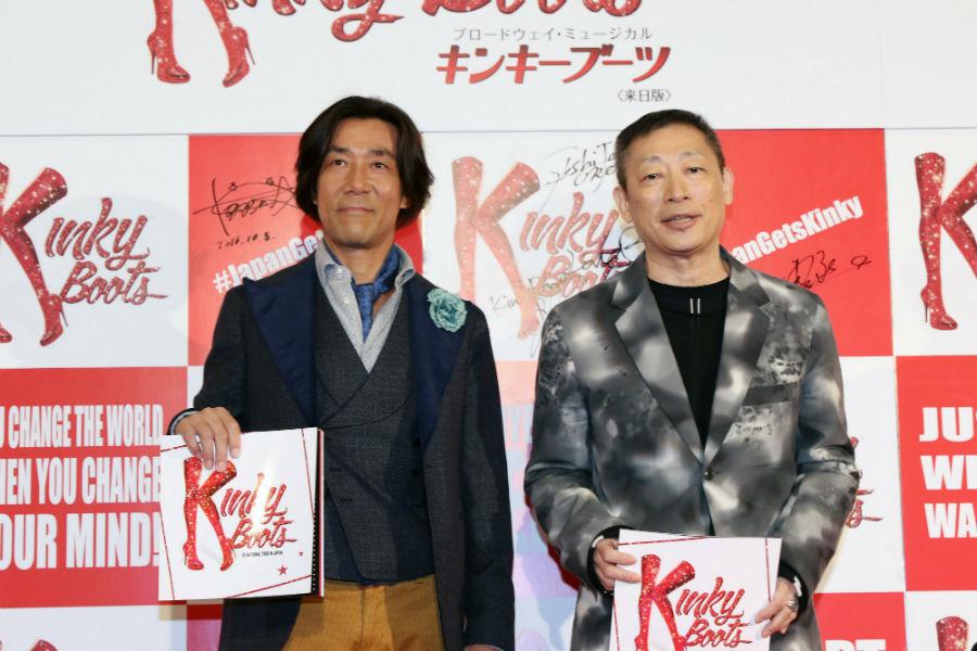 日本版の歌詞を手掛けた森雪之丞(右)と岸谷五朗
