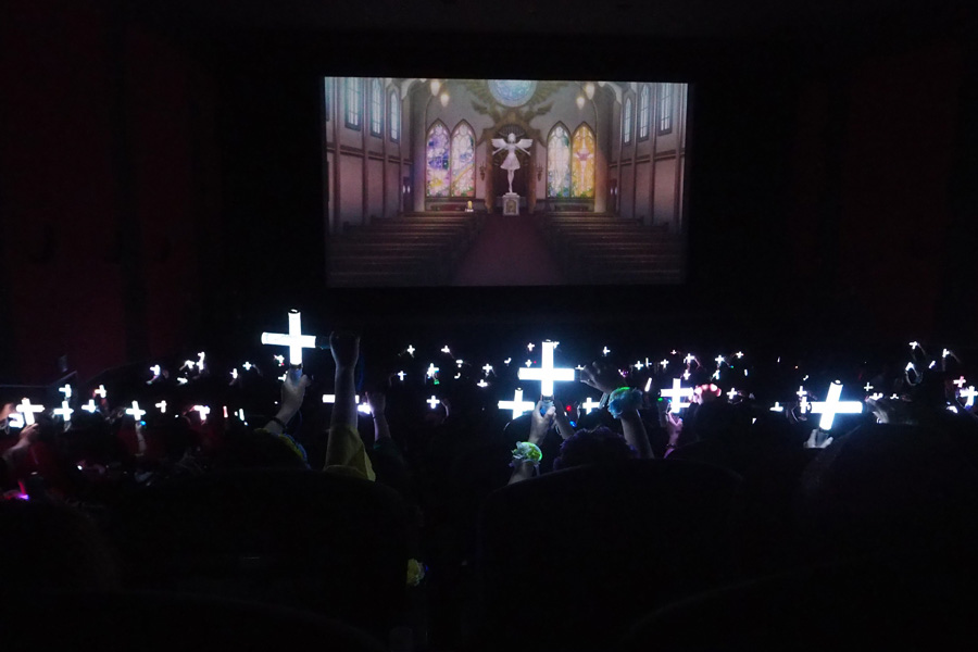 教会のシーンになると、一斉にサイリウムで十字架を作る観客