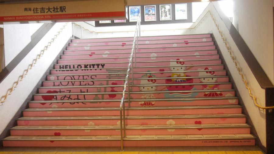 階段や改札周辺などキティちゃん一色となった南海・住吉大社駅