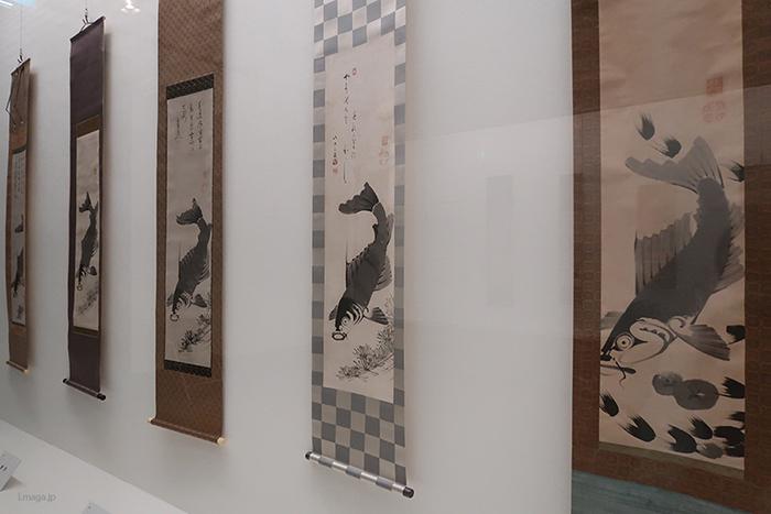 『遊鯉』では、何枚も同じ構図が並ぶが、うろこなどの表現が少しずつ違うのが分かる