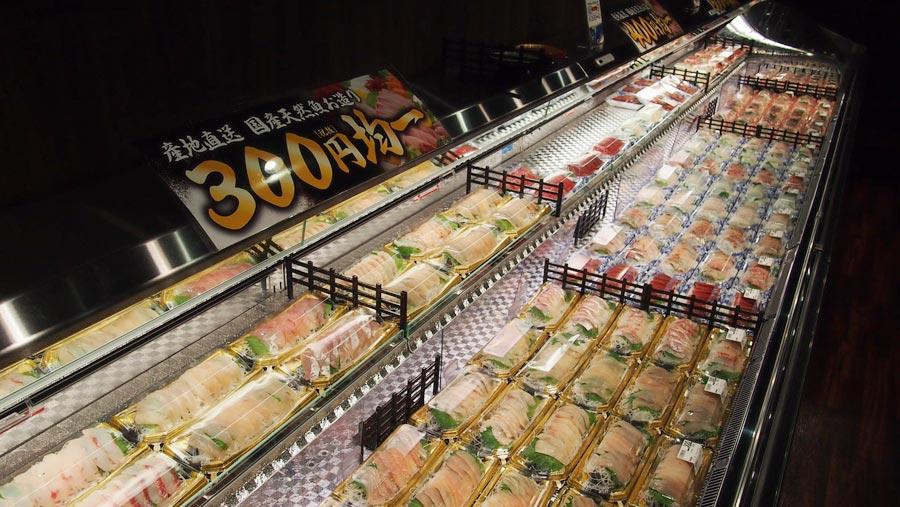 天然魚のお造りが500円、400円、300円均一で並ぶ。イートインコーナーで食べるのもOK