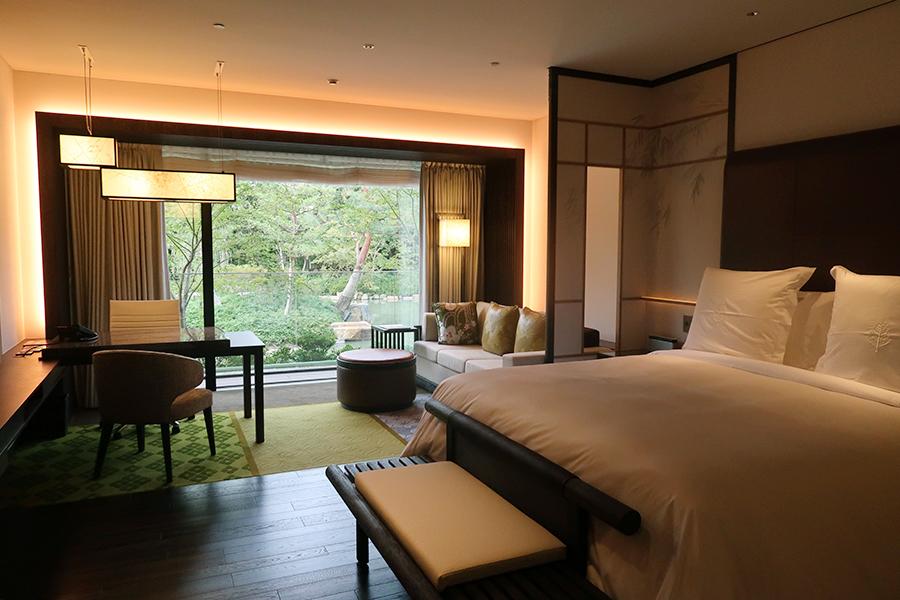 庭園の景色が楽しめる「フォーシーズンズホテル京都」の客室、デラックスガーデンビュールーム。四季折々のモチーフが部屋ごとにデザインされている