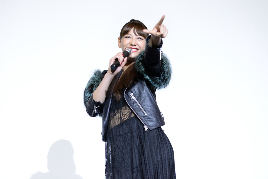 大阪の観客からのリクエストに笑顔で応える西内まりや